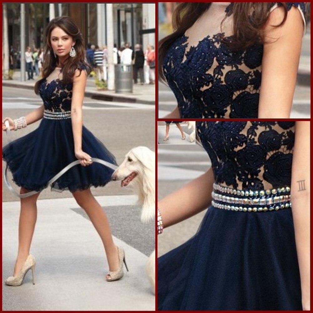 2014 nouveau Sexy encolure dégagée Appliques Tulle genou longueur une ligne perlée noir dentelle robes de Cocktail fête retour robes BO4336