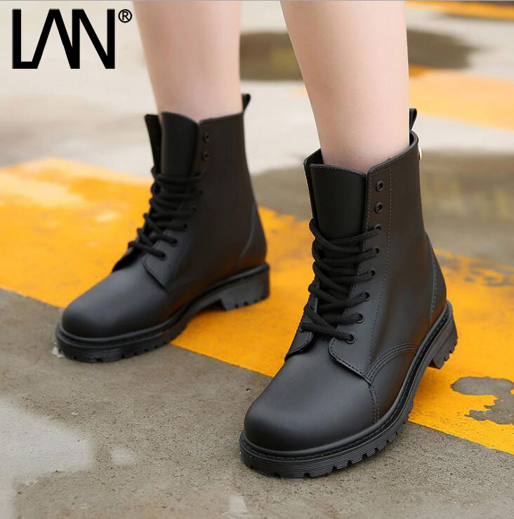 ФОТО Fashion Women Rain Boots Lace Up Rubber Women Ankle Boots Casual Comfort Waterproof Ladies Martin Boots Shoes
