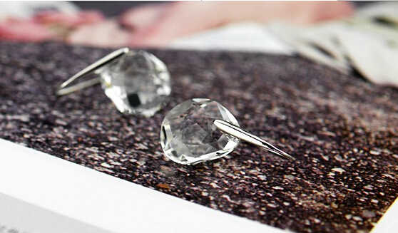 Jepang dan Korea Fashion Kepribadian Kacang Polong Putih Transparan Wanita Kristal Anting-Anting Perhiasan Kekasih Air Mata Gratis Pengiriman