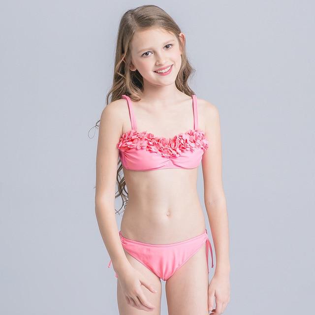 Adolescente en bikini da