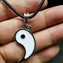 Pingentes com o simbolo místico yin yang divididos para homem ou mulher com fio de pele.