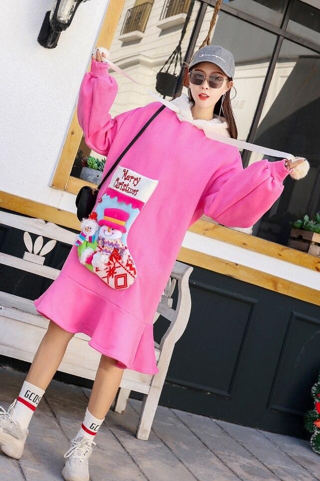 Różowa sukienka z futrzanym kapturem oraz naszywaną skarpetą Merry Christmas 3