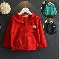Moda cremallera roja niños de la marca abrigo de invierno 2017 con capucha niños y niñas zanja niña abrigo rompevientos para niños ropa de abrigo