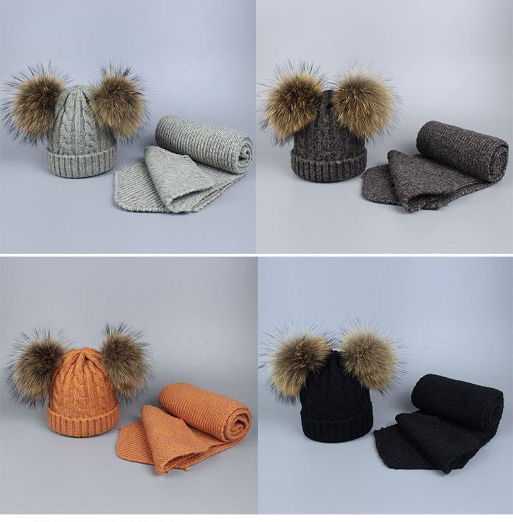 -1_06Bonnet et écharpes tricotés avec pompons en fourrure