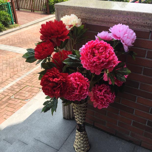 Placé sur le terrain simulation de la salon décoration floral bouquet de mariage fleur en soie en plastique ornements