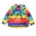 Niñas chaquetas y abrigos de primavera 2017 nueva ropa del bebé del otoño/invierno chaquetas chicas casual con capucha de la raya del arco iris chicas zanja