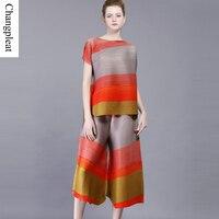 Changpleat 2017 Лето Женские наборы Miyake плиссированные дизайн свободные Для женщин костюм в полоску Очаровательный Цвет футболка с короткими рука