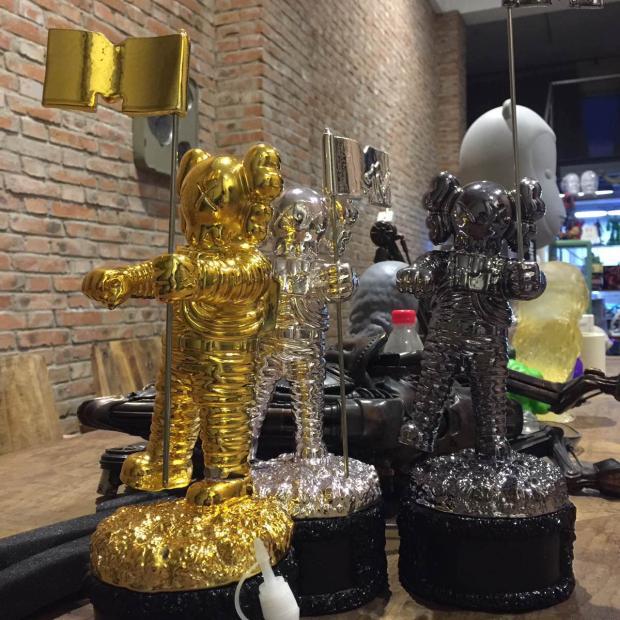 New arrival kaws mtv trophy supreme sup bape ape milo bearbrick For 2013 MTV автомобильный телевизор mystery mtv 970 black