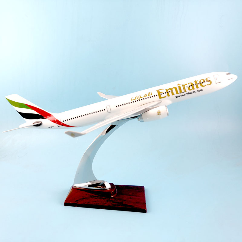HOT SALE WHEELS 31CM EMIRATES 777 METAL BASE RESIN MODEL PLANE AIRCRAFT MODEL TOY AIRPLANE BIRTHDAY GIFT gjuae1352 geminijets emirates airline a6 ewe 1 400 b777 200lr commercial jetliners plane model hobby