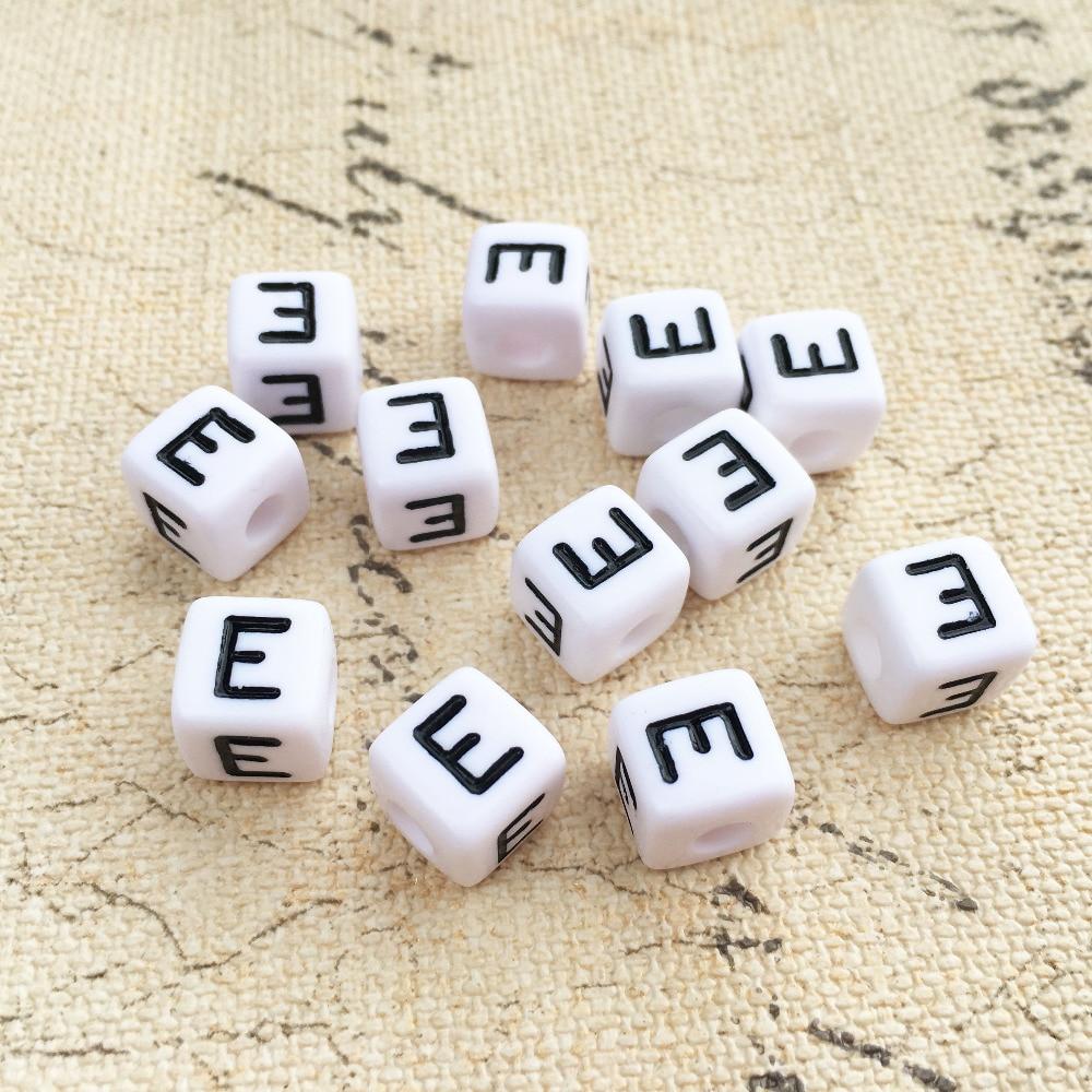 0ebee83cd7b2 Mini orden 100 unids lote 10 10 MM cubo carta de acrílico perlas negro E  impresión de cuadrado blanco alfabeto nombre inicial pulsera de cuentas