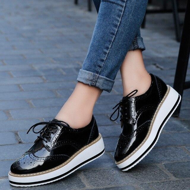 Mulheres de luxo Sapatos Casuais Cunhas Plataforma Trepadeiras Brogue Sapatos De Couro Senhoras Apartamentos Patente Oxfords Rendas Até Apontou Toe