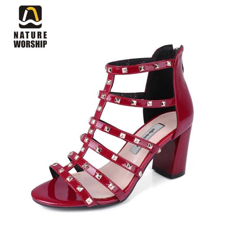 Büyük boy ayakkabı kadın patent deri ayakkabı için kadın gladyatör sandalet moda perçin ayakkabı kadın burnu açık sandalet yaz ayakkabı