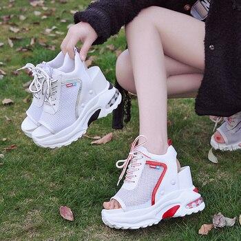 Босоножки на танкетке | Новое поступление 2019 года; Летние босоножки на платформе; женская повседневная обувь на толстой подошве 10 см; удобные белые босоножки на шну...