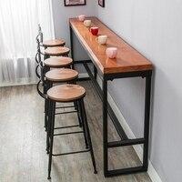 Ретро досуг кафе против стены барный стол дома высокий барный стол длинные твердой древесины стол из металлических реек