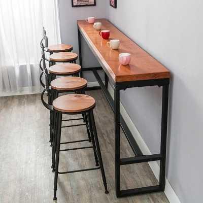 Ретро досуг кафе против стены бар стол дома высокая барная стойка длинный твердый деревянный стол из металлических реек