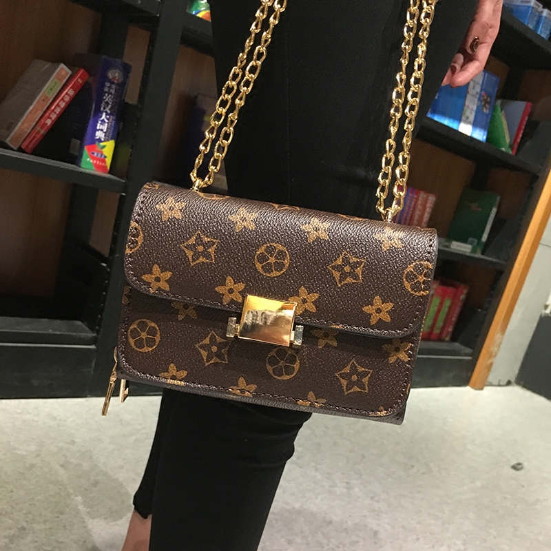 Small party bag female 2018 spring and summer new fashion tide printing shoulder Messenger bag retro lock chain bag small bag