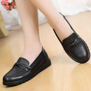 Image 4 - DONGNANFENG kadınlar eski anne kadın ayakkabısı Flats loaferlar inek hakiki deri kayma siyah yuvarlak ayak PU rahat düz 35 41 HD 802