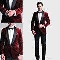 Borgoña hombres traje Trajes Tres Bolsillos Un Botón Smokinges Del Novio del Mantón de la Solapa Del Novio Slim-Fit casar al Mejor Hombre Trajes (Jacket + Pants + Bow)