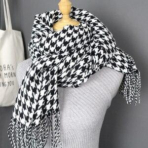 Image 3 - Mulheres inverno grosso moda macia quente senhora cashmere branco e preto longo houndstooth cachecol com borla