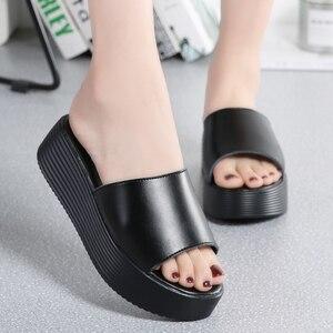 Image 4 - Jzzdown sandálias femininas de verão, chinelos femininos de couro com dedo aberto e sola grossa, para áreas externas, nas cores preta e branca