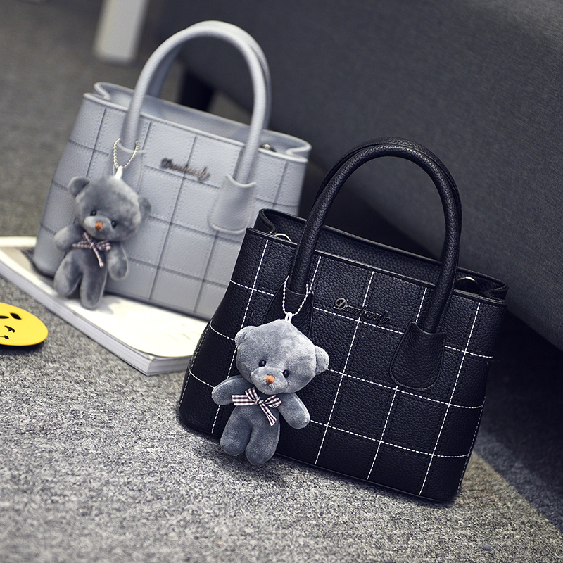 Livraison gratuite, 2017 nouveaux sacs à main tendance femme, sac de loisirs, version coréenne rétro sac de femmes, mode ours ornements rabat Сумка