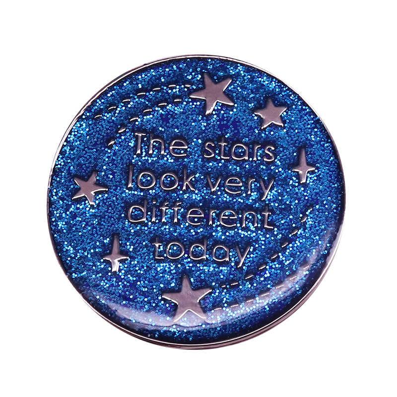 David Bowie spille stelle look molto diverso oggi pin blu argento scintillante sparkles distintivo Spazio Stranezza citazione di monili musica