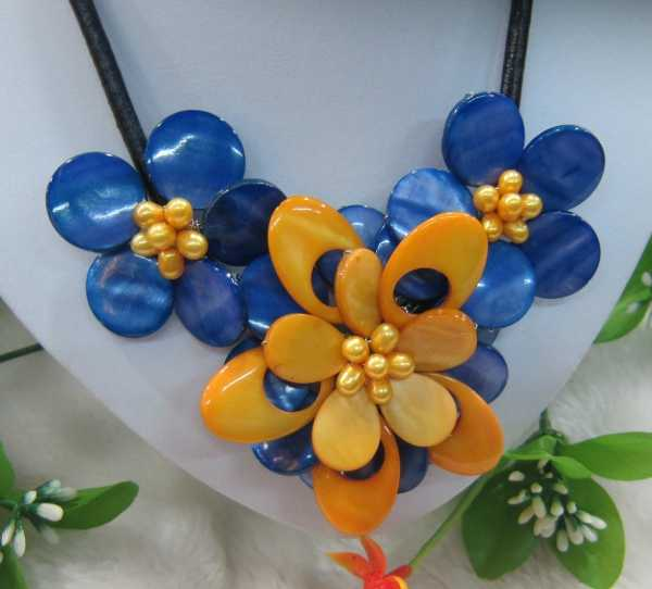 Dark blue and yellow mother of pearl shell flower necklace on leather