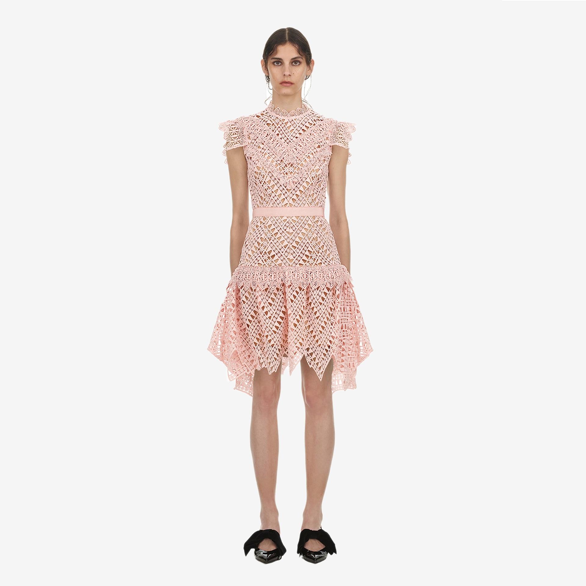 Nouvel an rose robe 2019 printemps auto portrait robe femmes évider irrégulière courte dentelle robe