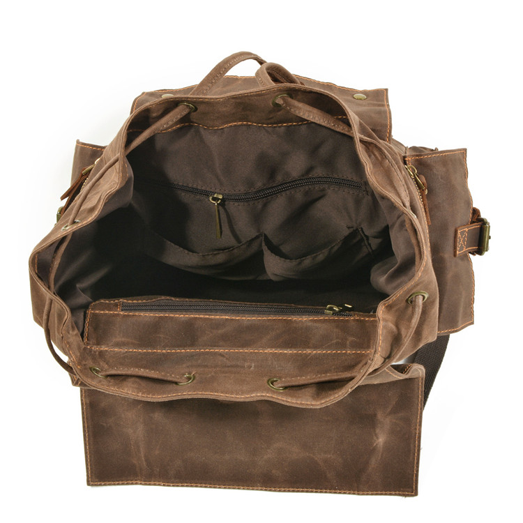 picture of the inside of the tallinn vintage rucksack made of waxed canvas and crazy horse leather from eiken shop