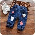 Crianças Calças de Brim de Inverno de Algodão Quente calças de Brim do bebê meninas Lindo amor padrão calças do bebê estilo Coreano Engrossar calças de impressão