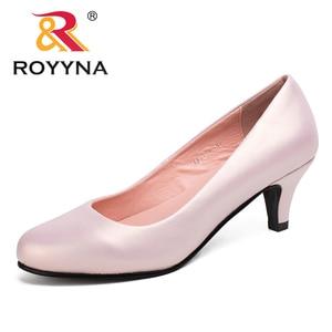 Image 1 - Royyna sapato feminino tamanho grande, sapato feminino estilo nova moda primavera e outono de tamanho grande, sexy, dedo do pé redondo, cores macio e colorido, frete grátis