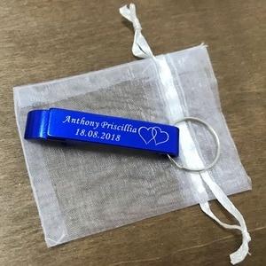Image 4 - 50 قطعة شخصية محفورة ميداليات مفتاح القوارير Keyrings شخصية الزفاف هدية لصالح الزفاف مع حقيبة من الأورجانزا الأبيض
