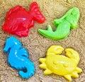 Niños jugando con juguetes de playa de arena combinación molde de sirena peces hipocampo pequeños cangrejos jugar con arena de playa esencial sello