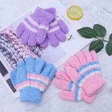 1 пара Детские теплые зимние перчатки полный палец тепловой коралловый флис дети мальчики девочки красочные полосы мягкие эластичные перчатки