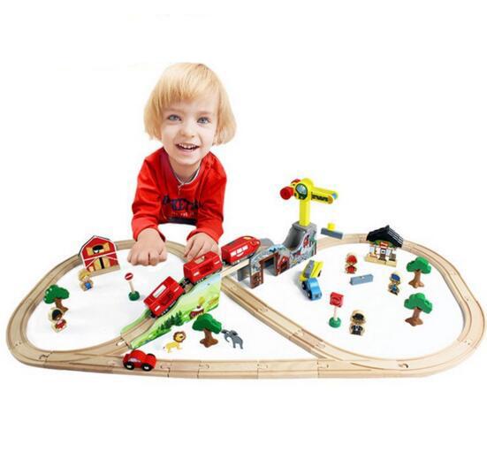 70 unids / sest DIY juguetes de madera juego de rieles de tren con magnética locomotora locomotora de los juguetes del bloque hueco juguetes para los niños de regalos