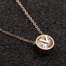 Nuevo círculo incrustaciones de cristal V carta colgante de collar de titanio rosa de acero marca de oro de la joyería pequeña exquisito collar regalo Mujer