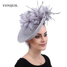 Cinza millinery caps com headbands acessórios imitação sinamay derby cocktail hat feminino cabelo nupcial fascinators pena fantasia