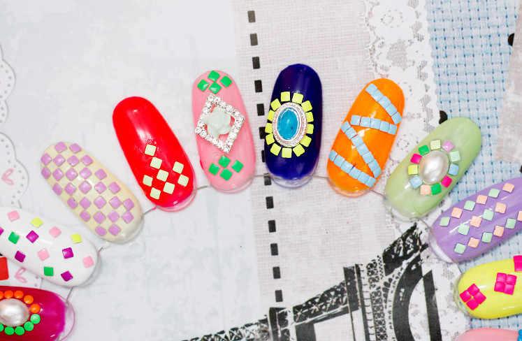 YWK 1 paquete 20 piezas mezcla colores aleatorios 3mm * 3mm cuadrado Punk Metal metálico remache uñas arte decoración