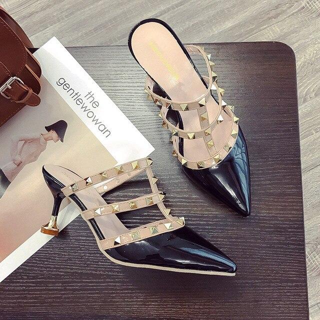 2018 г.; дизайнерские шлепанцы на каблуке с острым носком, украшенные заклепками; Сабо talons hauts; женская обувь на высоком каблуке; тапочки