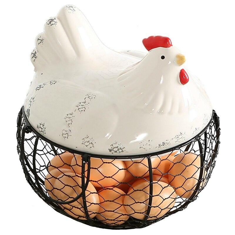Panier de stockage d'oeufs de fil de maille en métal avec le dessus et les poignées de poulet de ferme en céramique blanche
