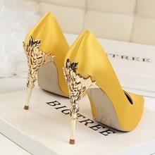 Туфли-лодочки на высоком тонком каблуке с металлическими вырезами; женская обувь; коллекция года; пикантные женские туфли с острым носком; Модные женские свадебные туфли ярких цветов