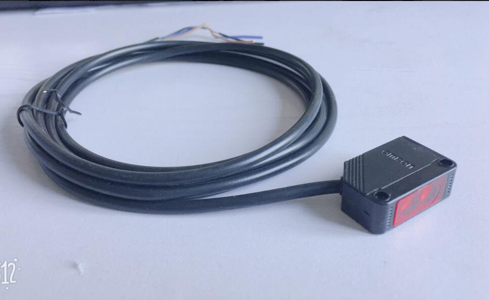 Infrared diffuse reflection type photoelectric switch E3Z-D61 E3Z-D62 E3Z-D81 E3Z-E82 DC12-24V 3 wire 2M e3z d62