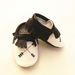 حذاء للأطفال جديد بألوان مختلطة من الجلد الأصلي مطرز بنعل ناعم حذاء للمواليد