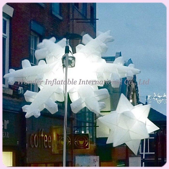 Flocon de neige gonflable accrochant étonnant de décoration de LED avec le LED multicolore pour la décoration de noël de nuit