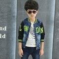 Высокого класса осень мальчик лоскутная мода синий деним тонкие джинсы противопоставить джинсовая куртка напечатан алфавит детская одежда с молнией