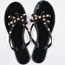 Neue Sommer Frauen Flip Flops Hausschuhe Flache Sandalen Bogen Niet Mode Pvc Kristall Strand Schuhe