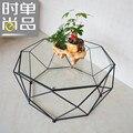 Vidro temperado mesa de chá. ferro forjado mesa pequena família. arte criativa de polígono. mesa de chá