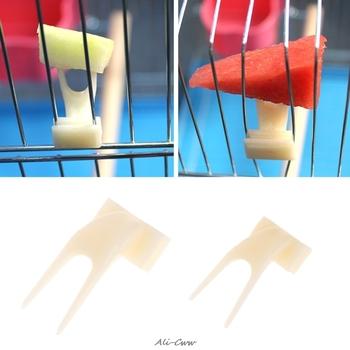 2 sztuk ptaki papugi widelec do owoców artykuły dla zwierząt z tworzywa sztucznego pojemnik na żywność do karmienia na klatce artykuły dla zwierząt tanie i dobre opinie Let's Pet CN (pochodzenie)