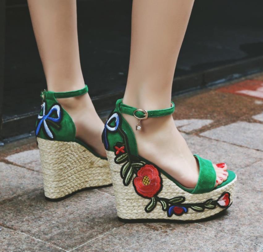 Весной и осенью вышивка склон и открытый носок трава толстым дном панкейки слово пряжки измельчения песка кожи обувь