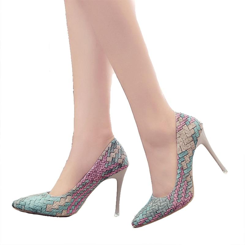 الشحن مجانا 2018 مضخات امرأة الأحذية الجديدة الرياح وطني الرجعية منقوشة الكعوب وأشار غرامة مع حذاء واحد النساء الوظيفي أساكوتشي